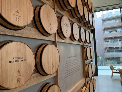 壁にワインの樽