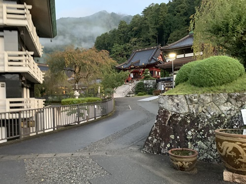 本堂への道①