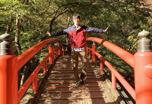 河鹿橋でポーズ