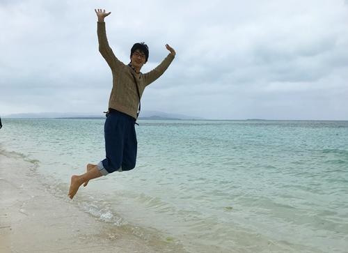 コンドイビーチでジャンプ