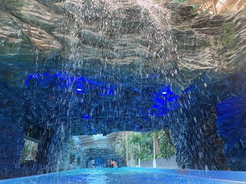 流れるプールの洞窟