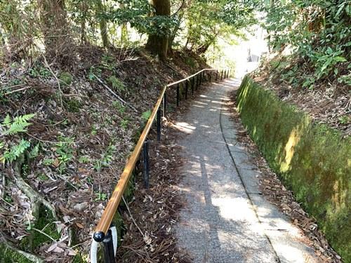 丸鈴橋への下り坂