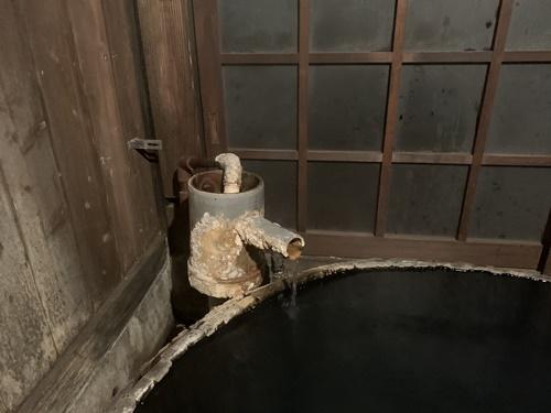 樽風呂の湯口