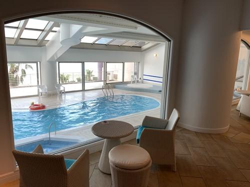 ホテルの屋内プール