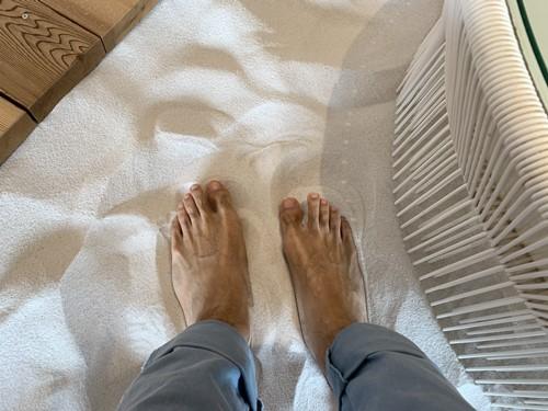 裸足で白砂